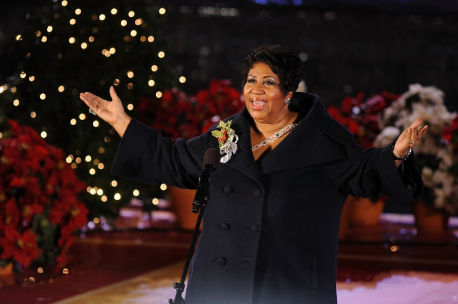 NEW YORK - DECEMBER 02:  Singer Aretha Franklin performs onstage at attends the Rockefeller Center Christmas tree lighting at Rockefeller Center on December 2, 2009 in New York City.  (Photo by Bryan Bedder/Getty Images)